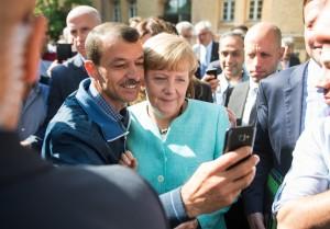 Bundeskanzlerin Angela Merkel und Flüchtling in Berlin / Foto: Bernd von Jutrczenka/dpa