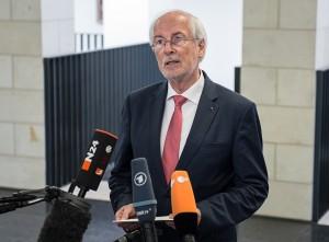 Generalbundesanwalt Harald Range spricht am 04.08.2015 in Karlsruhe (Baden-Württemberg) vor Medienvertretern. Er bezog dabei Stellung zu den Ermittlungen gegen den Journalisten-Blog Netzpolitik.org. Foto: Wolfram Kastl/dpa