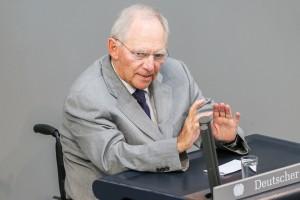 Bundesfinanzminister Wolfgang Schäuble (CDU) spricht am 01.07.2015 im Bundestag in Berlin. In der Sitzung befasst sich der Bundestag mit der Griechenland-Schuldenkrise Foto: Wolfgang Kumm/dpa
