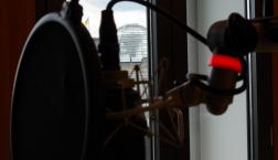Vom Mund ins Ohr? Was dort hinten rund um die Reichstagskuppel erzählt wird, ist keineswegs immer wahr. (c) Deutschlandradio Hauptstadtstudio/Falk Steiner