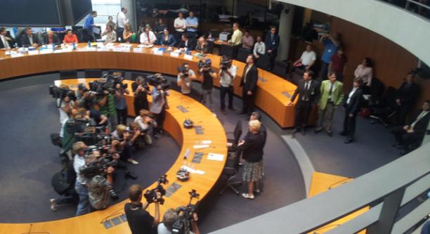 Der Medienandrang war groß, als der damalige Bundesverteidigungsminister Thomas de Maizière sich vor dem EuroHawk-Untersuchungsausschuss rechtfertigen musste. (c) Falk Steiner/Deutschlandradio Hauptstadtstudio