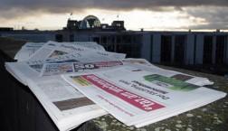 Sicherlich keine Fake News: Zeitungen vor dem Bundestag.