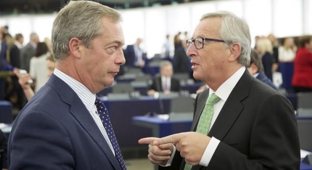 Nigel Farage (EFDD) und Jean-Claude Juncker (v.l.n.r.) nach der Bestätigung Junckers im EU-Parlament © European Union, 2014