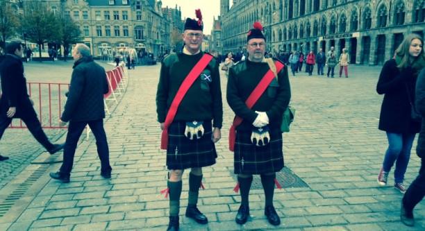 """Collin Cooks (links) Großvater kämpfte in Flandern. Er kommt jedes Jahr aus Schottland """"to remember him"""" (c) Christiane Habermalz / Deutschlandradio Hauptstadtstudio"""