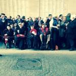 Britische Enkel von Veteranen warten schon seit Stunden, um einen Poppy-Kranz am Menen-Tor in Ypern niederzulegen (c) Christiane Habermalz / Deutschlandradio Hauptstadtstudio