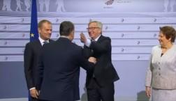 Mit einer herzlichen Ohrfeige empfängt Jean-Claude Juncker den ungarischen Premier Viktor Orban © European Union 2015