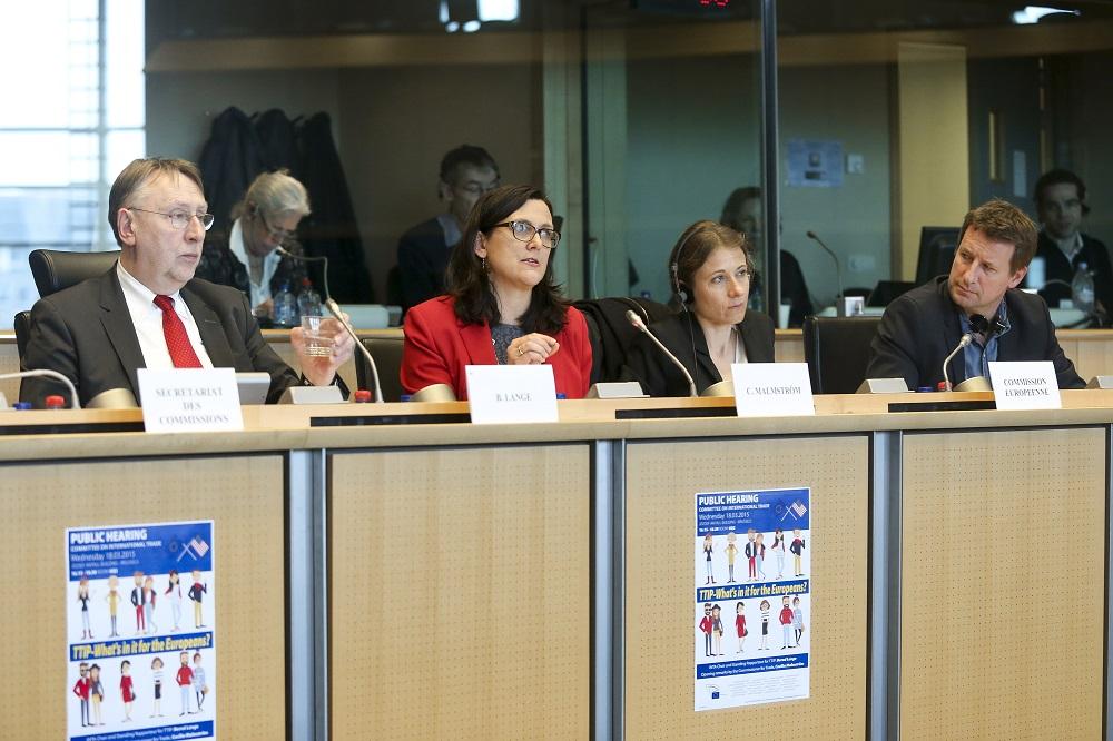 Bernd Lange und Handelskommissarin Cecilia Malmström (v.l.) im Handelsausschuss des Europaparlaments © European Union 2015 - EP