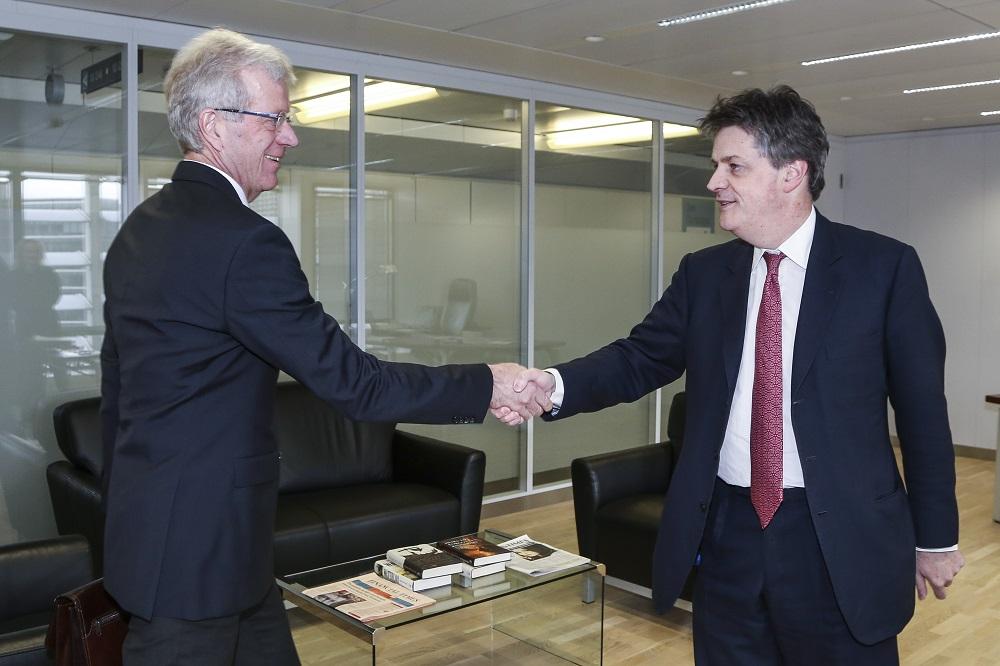 Gerhard Fabisch (Österreichischer Sparkassenverband) zu Gast bei Finanzmarktkommissar Jonathan Hill (v.l.n.r.) © European Union 2015