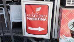Auf Deutsch wird in Pristinas Fußgängerzone um Kunden geworben. Foto: Thomas Otto