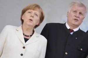 Bundeskanzlerin Angela Merkel (CDU) und Bayerns Ministerpräsident Horst Seehofer (CSU) / Foto: David Ebener/dpa