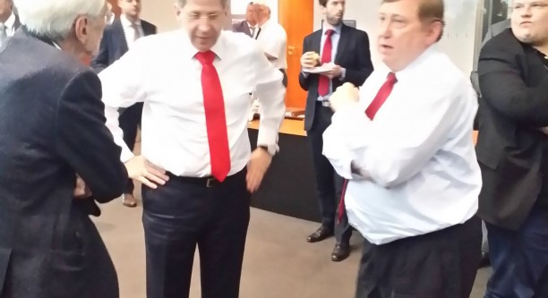 Kurze Pausenbesprechung: Grünen-MdB Hans-Christian Ströbele (l.), BfV-Präsident Hans-Georg Maaßen und André Hahn, Linke, besprechen sich kurz vor dem Ausschusssaal, nachdem es drinnen laut wurde. (c) Falk Steiner