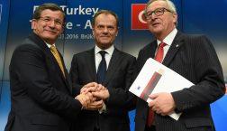Der damalige türkische Premier Ahmet Davutoğlu, Ratspräsident Donald Tusk und Kommissionspräsident Jean-Claude Juncker (v.l.n.r.) beim EU-Türkei-Gipfel im März 2016 © European Union 2016