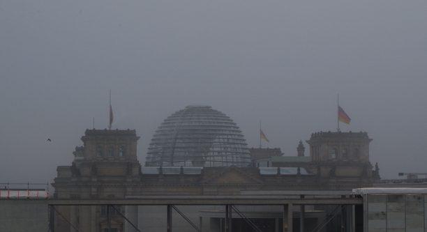 Reichstag mit Trauerbeflaggung nach Anschlag in Berlin 20.12.2016 / Foto: Ansgar Rossi - Deutschlandradio
